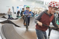 Kinder auf dem Fahrradparcours in Halle B6