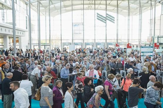 Besucher der Die 66 am Eingang Ost der Messe München