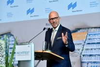 Messe München CEO Klaus Dittrich welcomes the many invited guests at the roofing ceremony for Halls C5 and C6 and thanks the building firms together with their workers and bosses.