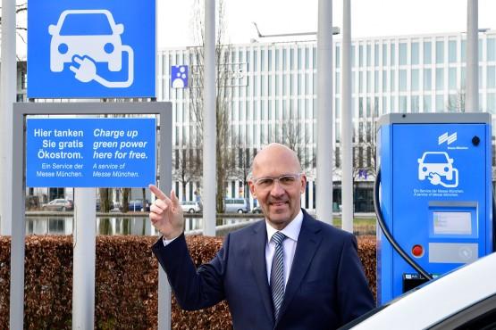 Die Messe München geht mit gutem Beispiel voran: Messechef Klaus Dittrich nimmt Supercharger für E-Autos ans Netz