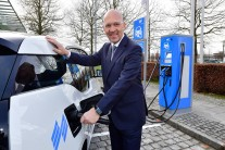 Klaus Dittrich, Chairman and CEO Messe München, refuelling the company's own BMW i3 with solar power