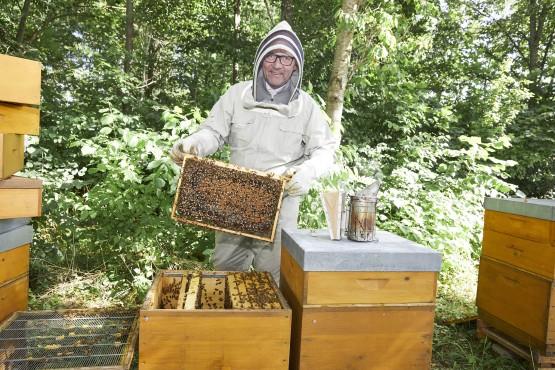 Klaus Dittrich bei der Honigernte